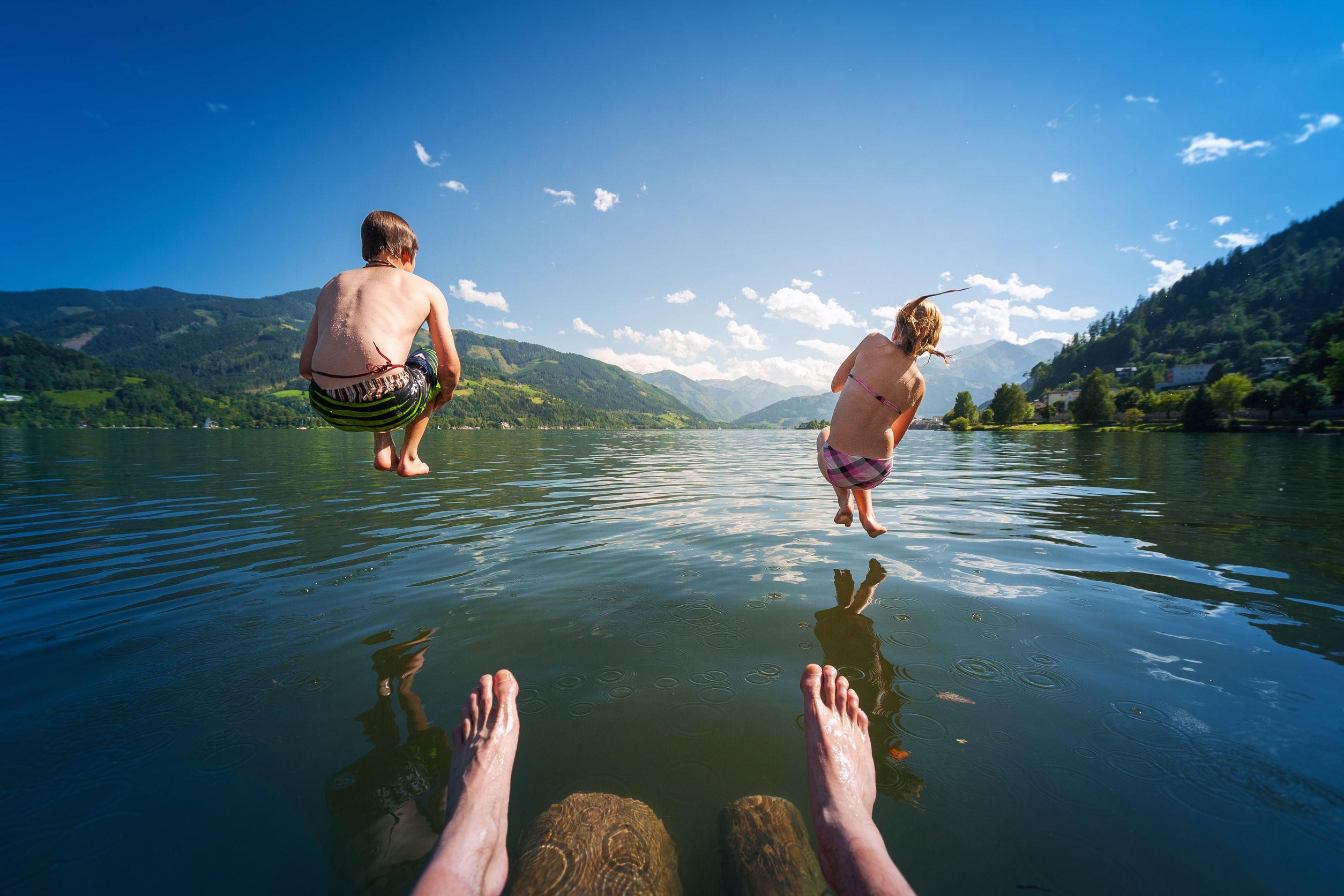 Zell am See Oostenrijk kinderen springen in meer